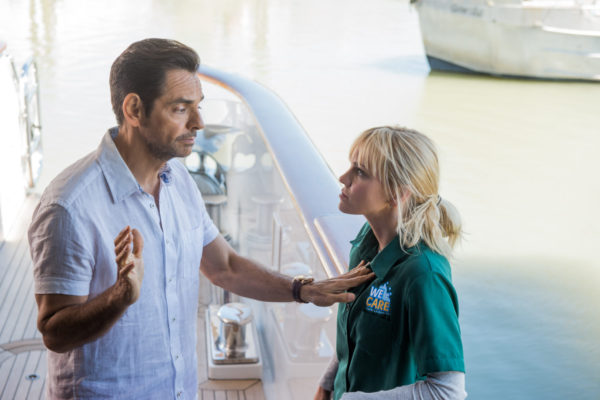 Eugenio_Derbez_as_Leonardo_andAnna_Faris_as_Kate__in_Overboard._Photo_Credit_MetroGoldwyn_Mayer_Pictures__Pantelion_Films_rgb